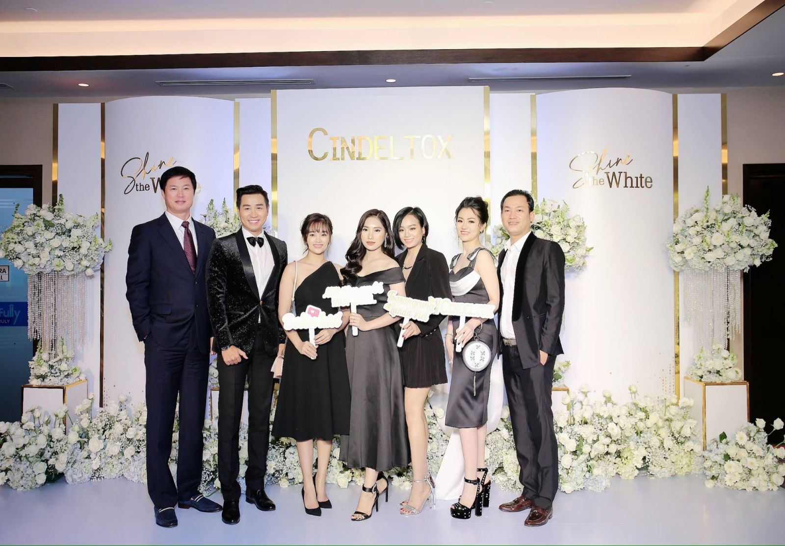 Ceo Công ty TNHH Thiên Long, bà Nguyễn Sơn Trúc (thứ 2 từ phải sang) chụp ảnh cùng đối tác kinh doanh đến từ Hàn Quốc và các nhà phân phối tại Việt Nam.